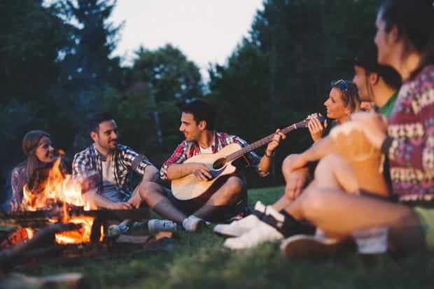 Wirtuozi gitary podczas ognisk są fajni, ale też mogą być utrapieniem, bo bawią się w solówki i jakieś takie zawijasy. A tu trzeba rytmicznie, prosto, do przodu! Herbatka stygnie, zapada zmrok, a nie że Carlos Santana i cis7/5-.