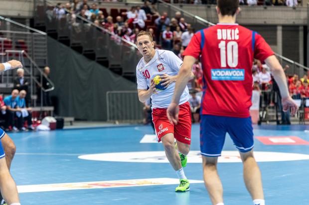Rafał Przybylski rzucił Serbom 8 bramek, a Polska jako pierwsza urwała punkty liderowi eliminacyjnej grupy do mistrzostw Europy. Biało-czerwoni nie pojadą na finałowy turniej, ale przed ostatnim spotkaniem z Rumunią w Ergo Arenie, nasza kadra wreszcie zagrała dobre spotkanie.