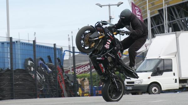 Jazda na jednym kole to podstawa stuntu motocyklowego.