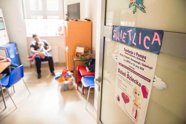 Czas pomiędzy kolejnymi badaniami dzieci spędzają na zabawie w szpitalnej świetlicy.