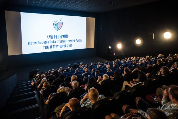 """Festiwal """"Dwa Teatry"""" po raz drugi odbył się poza weekendem, od poniedziałku do środy, co wpływa na jego frekwencję, jednak wieczorne spektakle grane są przy niemal komplecie widzów, a rozmowy tuż po spektaklu w miejscu projekcji wydają się bardzo dobrym rozwiązaniem."""