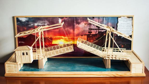 Model nieistniejącego mostu zwodzonego w Darłowie.