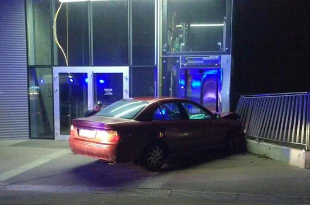Samochód uszkodził drzwi do windy w budynku stacji kolejki na Kamienną Górę.
