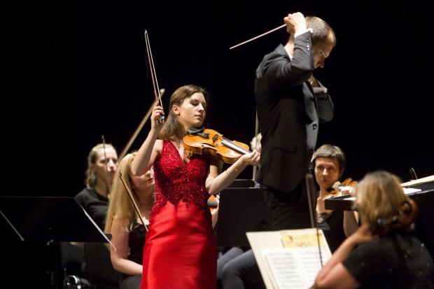 """Udział młodej, niezwykle utalentowanej skrzypaczki Celiny Kotz (w czerwonej sukni) w pierwszym koncercie z cyklu """"Włoskie Noce"""" okazał się przysłowiowym strzałem w dziesiątkę. Ujmowała jej swoboda i lekkość gry w połączeniu z wielkimi umiejętnościami."""