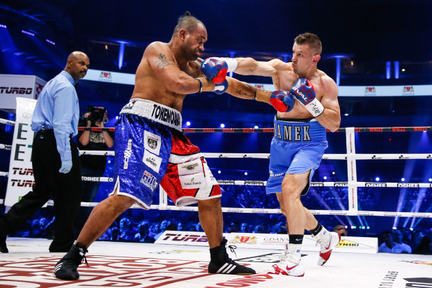 Tomasz Adamek czasami musiał bronić się przed Solomonem Haumono, ale ogólnie nie było wątpliwości, że wygrał walkę.