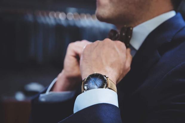 Najnowsze modele zdecydowanie kuszą kolorami pasków i tarcz, czy skórzanymi wykończeniami z biżuteryjnym akcentem. Większość producentów zrozumiała, że warto postawić na wygląd. Na zdjęciu widoczny smartwatch H.Moser&Cie wart ok. 100 tys. zł.
