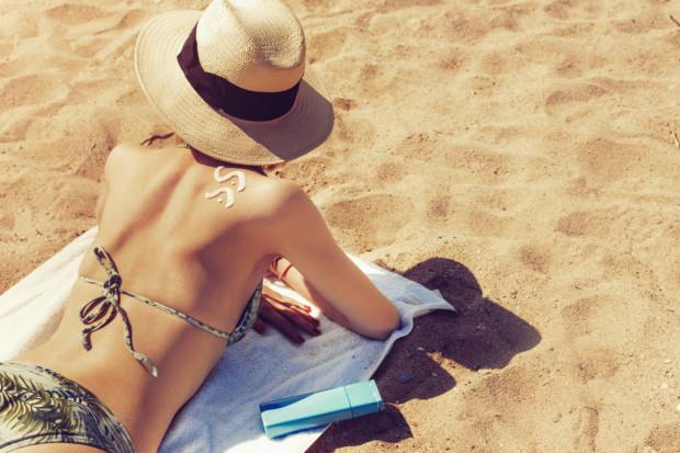 Jak korzystać ze słońca z głową? Jedna aplikacja kremu ochronnego nie wystarczy.