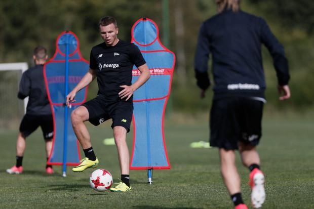Mateusz Matras jest defensywnym pomocnikiem o zupełnie innej charakterystyce niż Ariel Borysiuk i Simeon Sławczew, którzy najczęściej wiosną grali w tej roli w Lechii Gdańsk. Góruje nad tymi piłkarzami warunkami fizycznymi.