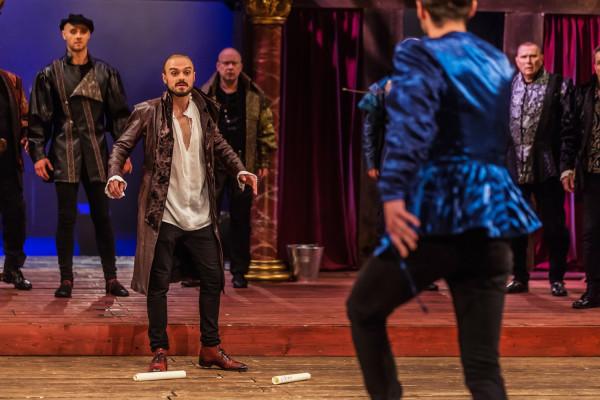 Tytułowy William Szekspir (Michał Jaros, drugi od lewej) mierzyć się musi z szeregiem przeciwności losu - czy to w walce o swój teatr, czy też w potajemnym związku z przeznaczoną innemu ukochaną.