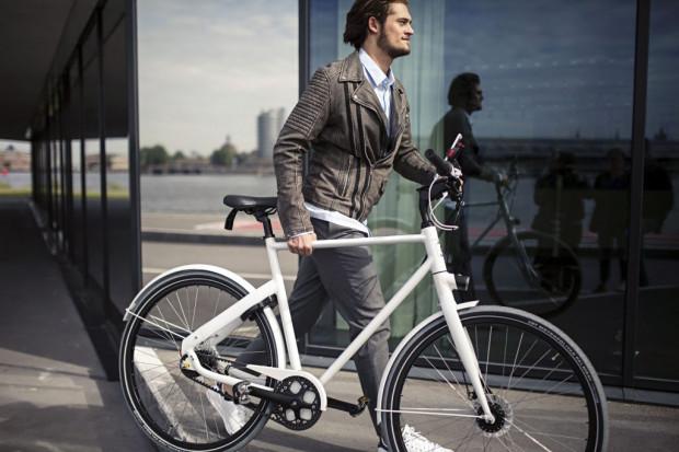 Producenci rowerów stawiają na eleganckie modele, które wpiszą się w miejski styl życia. Na zdjęciu propozycja Cortina Blau, wart ok. 4 tys. zł.