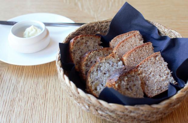 """""""Czekadałko"""": świeżo upieczony chleb, który podano z bazyliowym masełkiem."""