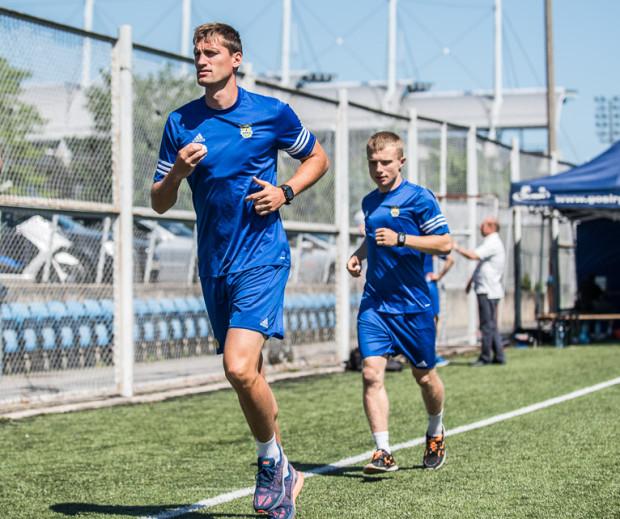Arka zakończyła letnie sparingi bez zwycięstwa i z 2 golami. Mistrzowi Łotwy bramkę strzelił Szymon Lewicki (z lewej), a w pierwszej grze kontrolnej do bramki rywali piłkę posłał Patryk Kun (z prawej).