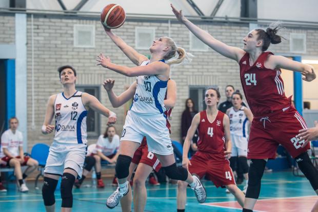 Anna Makurat (nr 24) pokazała się z dobrej strony w finale I ligi w meczach przeciwko AZS UG. Teraz dostanie szansę debiutu w Basket Lidze Kobiet.