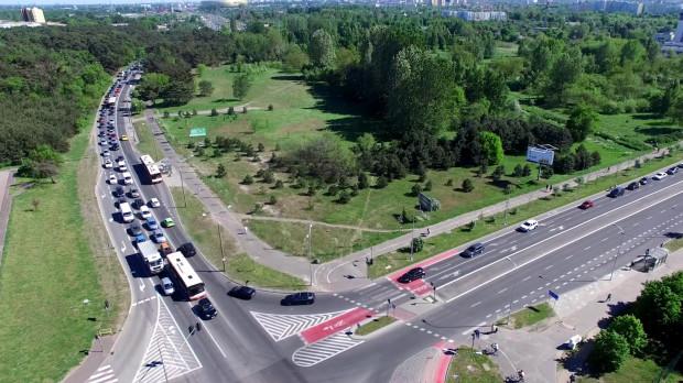 Korki na skrzyżowaniu ul. Czarny Dwór i al. Jana Pawła II w Gdańsku.