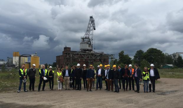 Zdjęcie członków zespołów projektowych, które biorą udział w konkursie na koncepcję urbanistyczną Young City Gdansk podczas ostatniego spotkania terenowego.