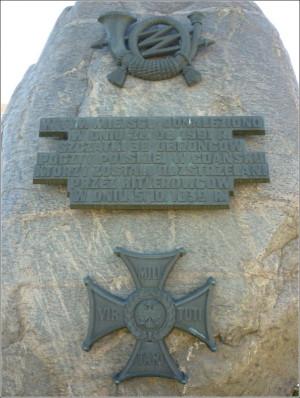 """Pomnik """"W hołdzie bohaterom"""" stoi w miejscu odnalezienia masowego grobu pocztowców zamordowanych przez Niemców na Zaspie."""
