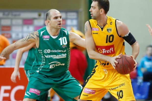 Szymon Szewczyk ostatnie trzy sezony spędził w PLK, w drużynach: AZS Koszalin, Stelmet BC Zielona Góra (na zdjęciu) i BM Slam Stal Ostrów Wielkopolski. Na zdjęciu z kapitanem Trefla, Marcinem Stefańskim.