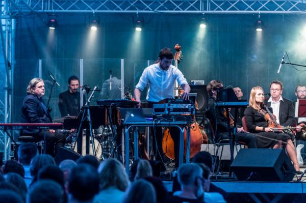 Charakterystyczne dla sopockich koncertów muzyki filmowej jest połączenie brzmienia symfoników ze współczesną elektroniką. O drugi z tych elementów zadbał Bartosz Szczęsny z duetu Rebeka.