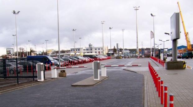 Skorzystanie z parkingu typu Kiss&Fly do 10 minut jest bezpłatne. Za kolejne musimy zapłacić 20 zł.