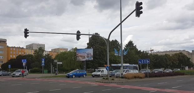 Czy zaniedbany skwer w centrum Gdyni wreszcie zyska śródmiejską zabudowę? Deweloper właśnie dostał pozwolenie na budowę, ale nie wiadomo, kiedy rozpocznie prace.