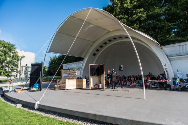 Premiera spektaklu odbyła się w muszli koncertowej w Gdyni, ale przedstawienie grane będzie również na tarasie Klubu Atelier i Teatru na Plaży w Sopocie.