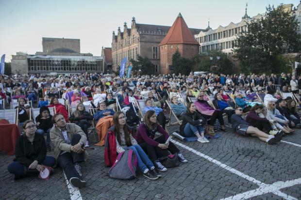 Publiczność tłumnie wypełniła wydzieloną na projekcję cześć Targu Węglowego.