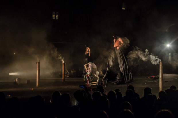 """Ponura, przerażająca wizja wojny wraz z dramatem niewinnych cywili (na zdjęciu zagazowanych w komorach gazowych) przedstawiono we wstrząsającym """"Silence. Cisza w Troi"""" Teatru Biuro Podróży."""
