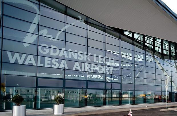 """""""Inteligentny"""" robot obsługuje pasażerów na gdańskim lotnisku od poniedziałku."""