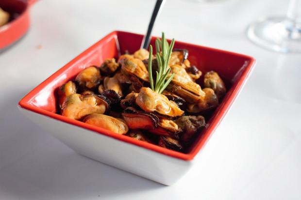 Małże marynowane w oliwie, czosnku i papryce.