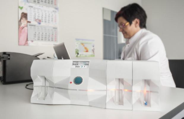 Elektroniczny dyspenser leków jest zsynchronizowany z aplikacją mobilną.