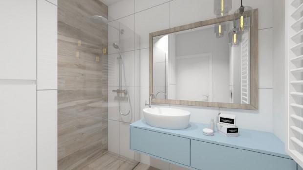 Koncepcja pierwsza. Na podłodze oraz jednej ze ścian pod prysznicem użyte zostały płytki imitujące drewno, dzięki czemu małe pomieszczenie staje się przyjazne i ciepłe.