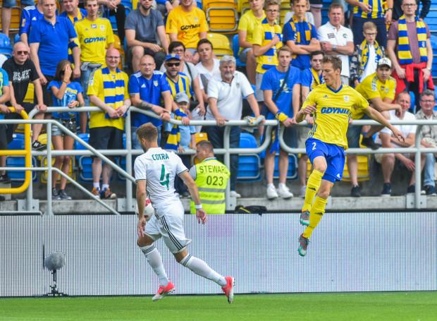Tadeusz Socha (nr 2) gra w Arce Gdynia trzeci sezon i wskakuje coraz wyżej w hierarchii drużyny. W meczu z Sandecją Nowy Sącz był kapitanem żółto-niebieskich.