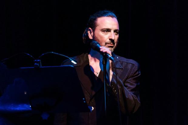 André Hübner-Ochodlo tym razem zostawia muzykom pole do popisu, zaznaczając wokalnie swoją obecność na początku oraz na końcu spektaklu.