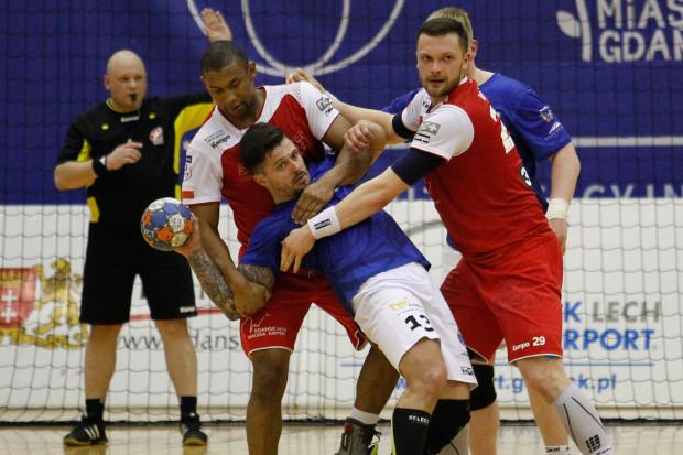 Aleksander Kirilenko (z piłką) ponownie zagra w przyszłym sezonie przeciwko szczypiornistom Wybrzeża, ale już w barwach Spójni.