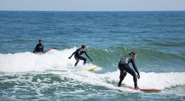Tak surfingu na falach Bałtyku uczą się kursanci szkoły Learn 2 Surf.