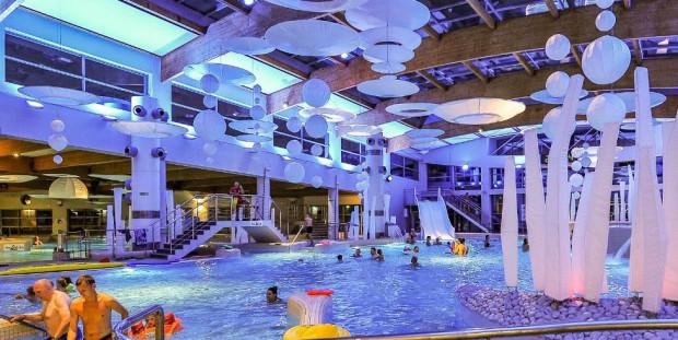 W deszczowe dni gości jest tak dużo, że Ci oczekujący w kolejce muszą czekać aż inni wyjdą z sopockiego Aquaparku.