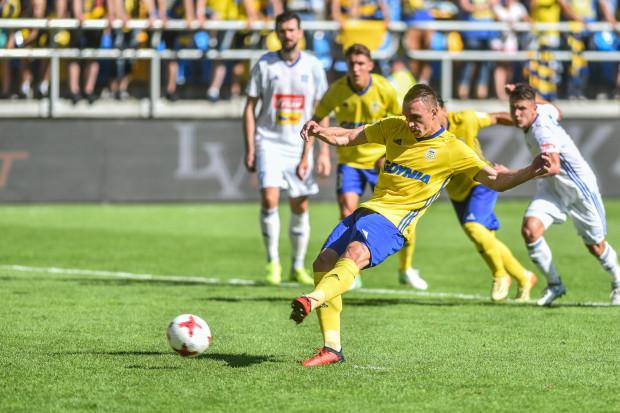 Marcin Warcholak z karnego strzela gola dla Arki Gdynia.