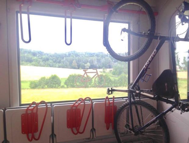Składy są przystosowana do przewozu rowerów, ale montujący zaczepy nie zawsze zadbali o ich odpowiednie umiejscowienie.
