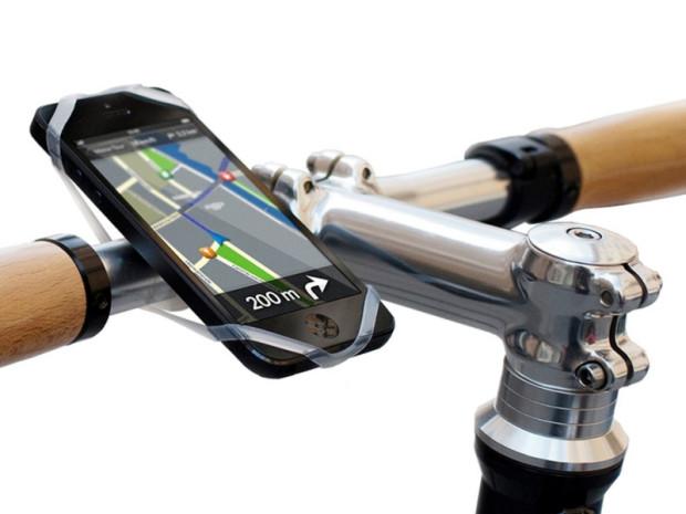 Są różne możliwości zamocowania smartfona na kierownicy roweru