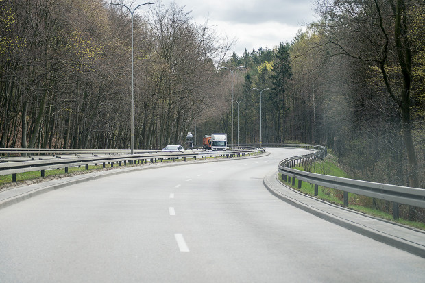 Przy niekorzystnych warunkach atmosferycznych leśny odcinek ul. Słowackiego sprawia kierowcom spore trudności.