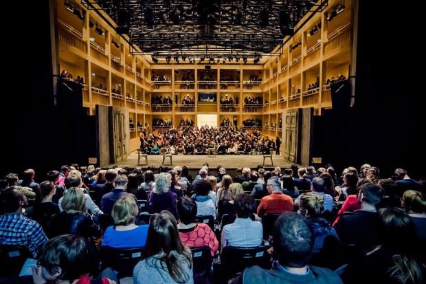 """Jednym z zawieszonych projektów są bardzo popularne """"Teatry Polskie"""", przybliżające sceny teatralne spoza Trójmiasta (na zdjęciu publiczność """"Idioty"""" Teatru Soho z Warszawy)."""