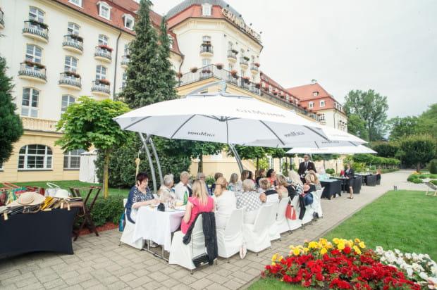 Spotkania nie popsuła nawet kapryśna pogoda. Wielkie parasole skutecznie chroniły gości przed deszczem.