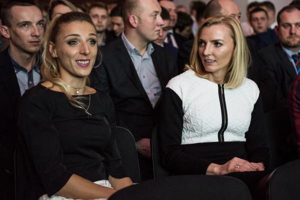 Anna Rogowska (z prawej) była m.in. mistrzynią świata 2009 i brązową medalistą olimpijską 2004. Obecnie jej rolę w SKLA Sopot przejęła Angelika Cichocka (z lewej), która przed rokiem została mistrzynią Europy, a w hali była wicemistrzynią świata 2014.