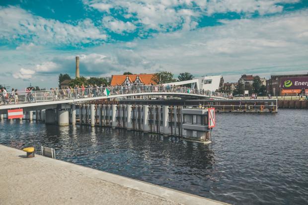Od jej otwarcia w czerwcu, kładka na Ołowiankę niezmiennie wypełniona jest spacerowiczami.