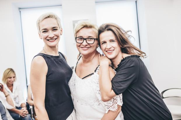 Podczas warsztatów uczestniczki miały okazję poznać tajniki swojego ciała oraz dowiedzieć się, jaką bieliznę wybierać, by dobrze wyglądać.  Na zdjęciu: Marta-współwłaścicielka Li Parie, Hanna Kąkol, Jola Lewicka.