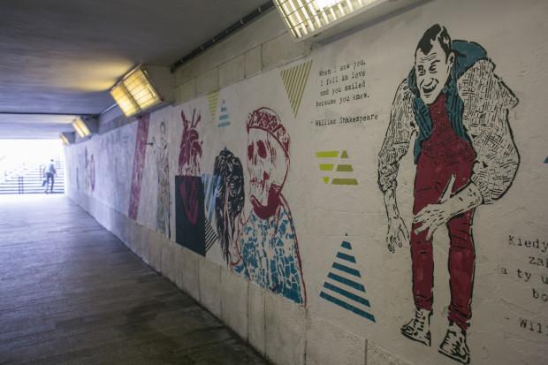 """W tym roku malunki nawiązują do spektaklu """"Zakochany Szekspir"""" Teatru Szekspirowskiego i Teatru Wybrzeże (na zdjęciu tegoroczny mural)."""