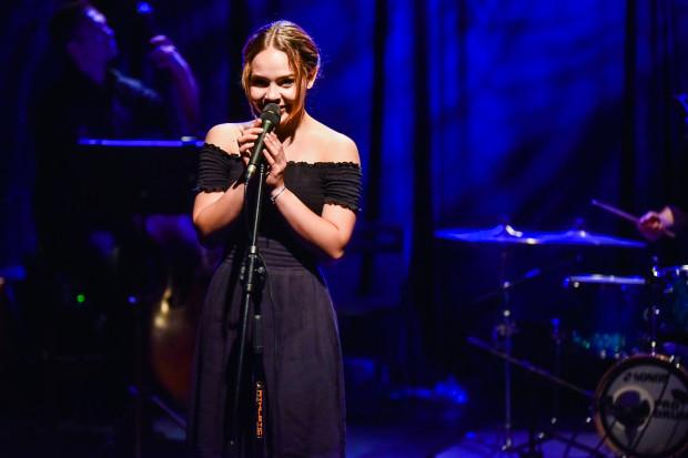 """Filigranowa 17-latka Marika Klarman cieszyła się z trzeciego miejsca po wykonaniu """"To wszystko z nudów"""" oraz """"Uciesz serce""""."""