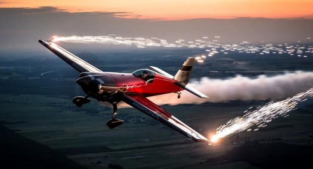 Jedną z gwiazd imprezy będzie Polak - Marek Choim, który po raz pierwszy za sterami samolotu zasiadł mając 40 lat. Zaraz po zrobieniu licencji stwierdził, że najbardziej interesuje go akrobacja.