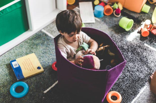 Ważne jest żeby dziecku dokładnie wytłumaczyć gdzie i na ile wychodzimy, by wiedziało, o której może spodziewać się naszego powrotu. Maluch musi też wiedzieć, z kim i w jaki sposób skontaktować się w razie potrzeby.