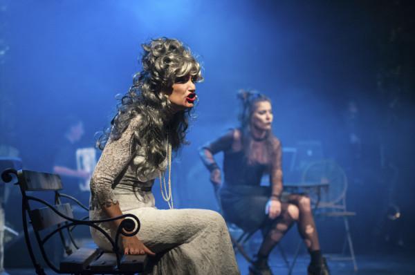 Twórcy spektaklu zadbali o bardzo efektowną scenografię oraz charakteryzacje i kostiumy wykonawców. Na zdjęciu Katarzyna Żak i Magdalena Piotrowska (w tle).